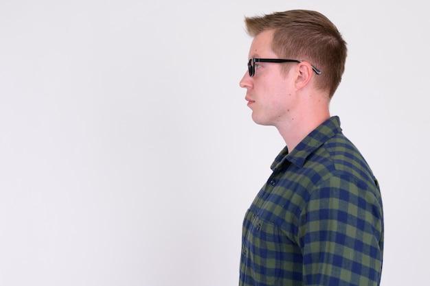若いハンサムな流行に敏感な男の縦断ビュー Premium写真