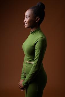Профиль вид портрет молодой африканской деловой женщины зулу улыбается