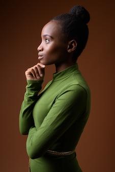 Профиль вид портрет молодой африканской бизнесвумен зулус мышления