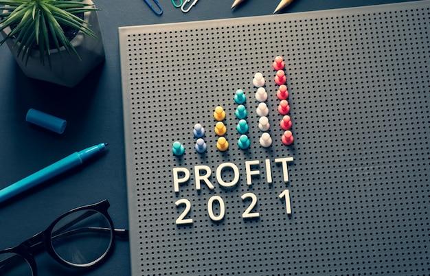 비즈니스 테이블에 핀 그래프 차트가있는 이익 2021 텍스트