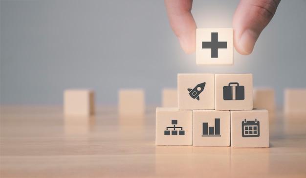 Прибыль и выгода положительная концепция бизнесмен предлагает положительные вещи, такие как выгода от прибыли