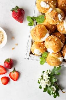 Профитроли (choux à la crème) - французские шарики из заварного теста с творогом и сливками с клубникой, мятой и чашкой кофе.