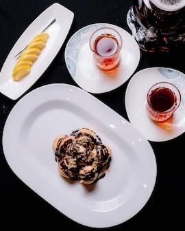 Profiterolesj с шоколадным сиропом крем мята печенье чипсы чай лимонный вид сбоку