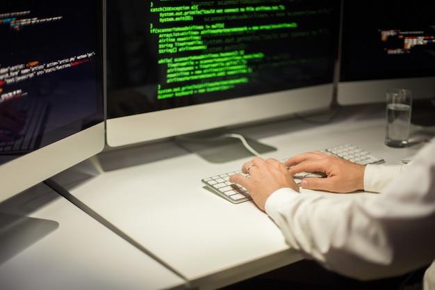Программист сосредоточен на кодировании