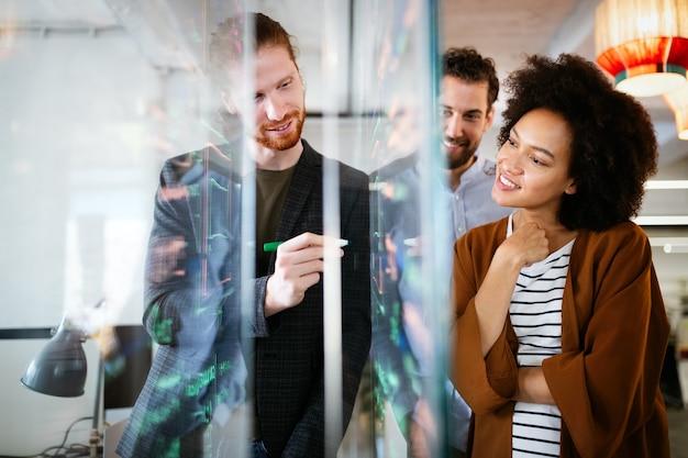 Программисты, работающие в компании, занимающейся разработкой программного обеспечения