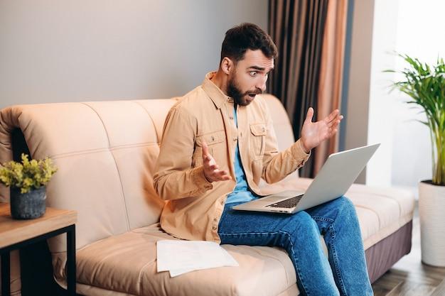 Программист, работающий дома, в шоке, читая рабочий чат