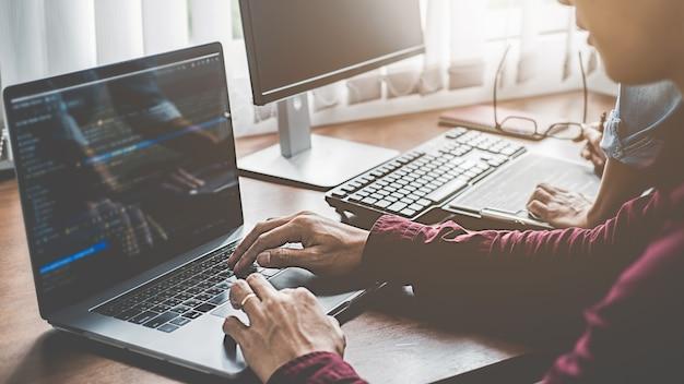 Программист, работающий в области разработки программного обеспечения и технологий кодирования. дизайн сайта. концепция технологии.