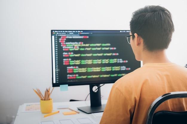 プログラマーと開発者チームは、ソフトウェアのコーディングと開発を行っています。