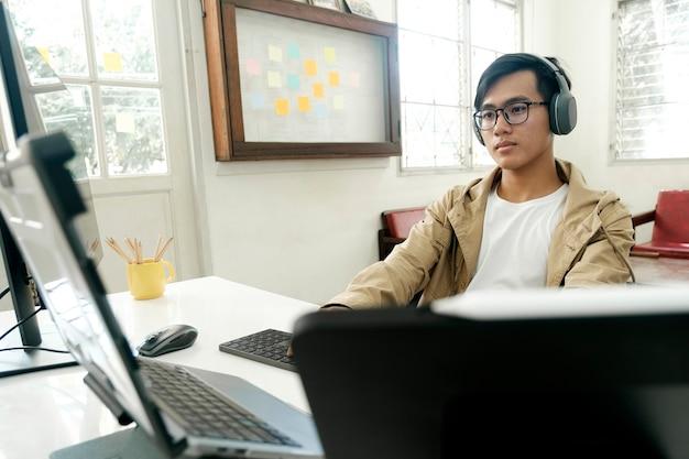 Команды программистов и разработчиков кодируют и разрабатывают программное обеспечение.