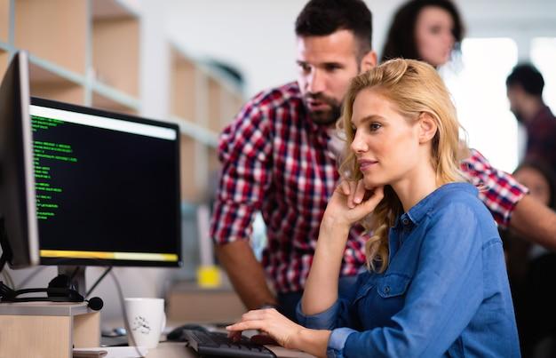 情報技術会社で協力するプログラマー