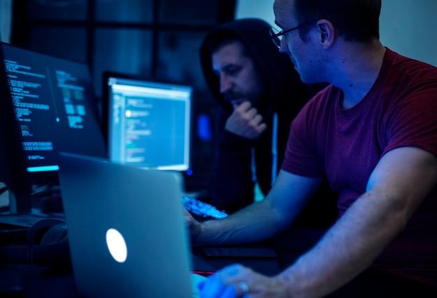 コンピュータプログラムで作業するプログラマ