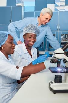 テストラボでの進捗レポート。アフリカの医学生、卒業生、白人男性、上席科学顧問。 covid-19肺炎の症例で、コロナウイルスに対して血液、pcrテストを実行します。
