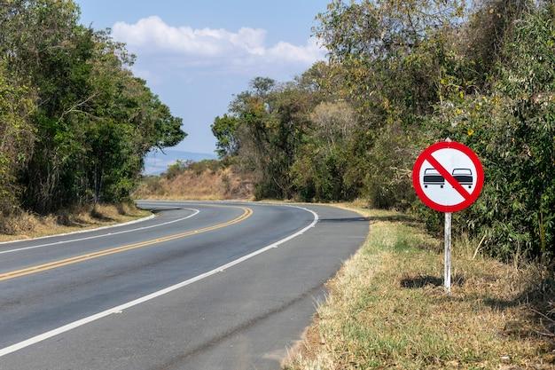 道路上の標識の追い越しは禁止されています