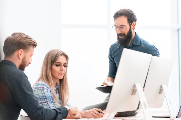 プロジェクトマネージャーとビジネスドキュメントを議論するビジネスチーム。チームワークの概念