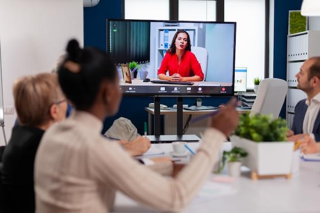 仮想ビジネスのプレゼンテーション中にウェブカメラで議論する会社のceoを提示するプロジェクトマネージャー