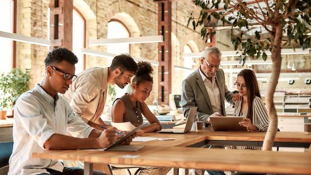 Проектная группа. группа деловых людей, работающих вместе в современном офисе. бизнес-концепция. работа