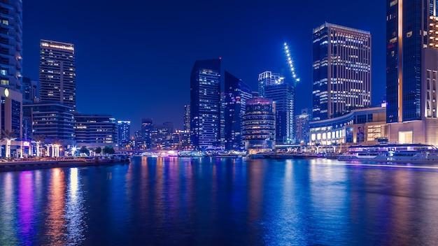 ドバイマリーナ、ドバイ、アラブ首長国連邦の遊歩道と運河