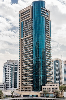 アラブ首長国連邦の周りに豪華な高層ビルがあるドバイマリーナの遊歩道と運河