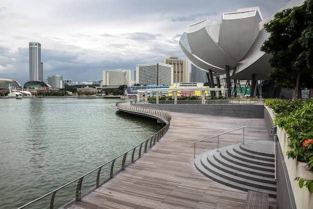 Promenade leading to the artscience museum in singapore