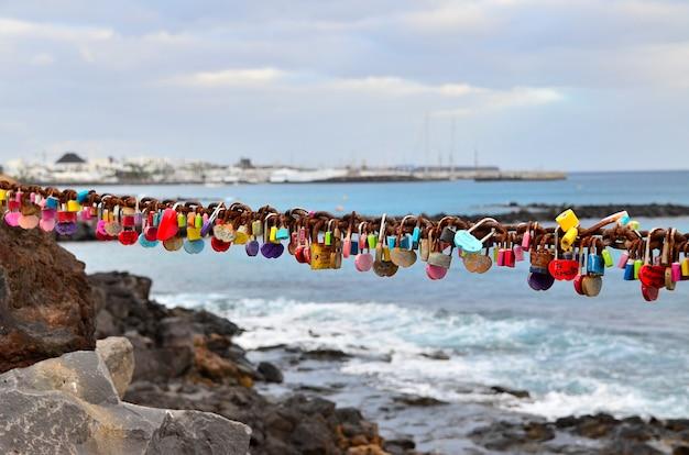 바다에서 맹세, 사람들 메시지, 뒷면에 바위가있는 해변에서 약속
