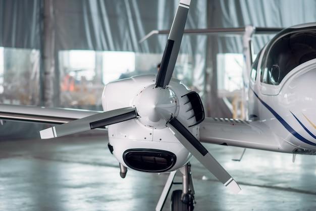 格納庫のプロペラ飛行機、検査平面