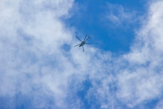 구름과 푸른 하늘 배경에 프로펠러