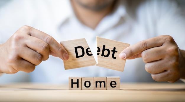 사람들이 집을 살 때 부채 비용이있는 부동산 및 은행 금융 개념. 비즈니스 투자 및 관리 상황