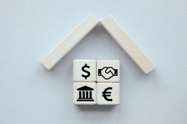 財産保険の概念。小さなおもちゃの家。ヘルスケアと医療の概念