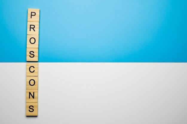 デュオカラー表面の木製ブロックの「賛否両論」という言葉