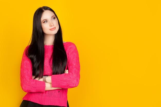 На проспекте женщина на розовой стене, портрет девушки с задумчивым взглядом, с копией. концептуальные планы на будущее.