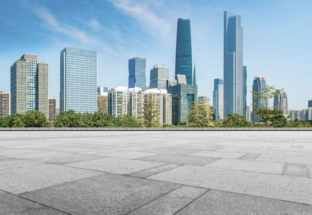 広州市の複合体の空の正方形の床のタイルの展望。