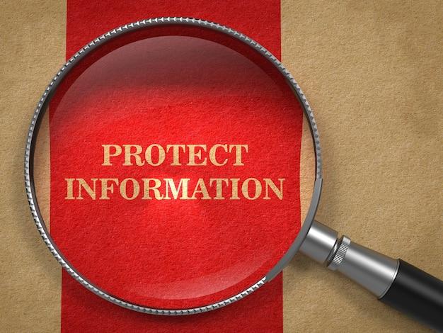 Защитите информационное понятие. увеличительное стекло на старой бумаге с красным фоном вертикальной линии.