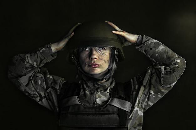 あなたの頭を保護し、あなたの心をクリアします。若い女性兵士の肖像画をクローズアップ。戦争で軍服を着た女性。落ち込んでいて、メンタルヘルスと感情に問題がある、ptsd。