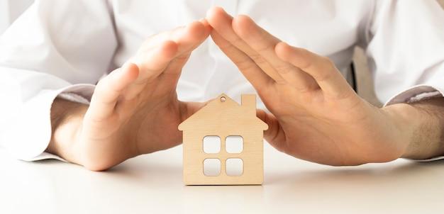 Защита рук над домом - концепция домашней безопасности и защиты
