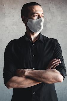 伝染病、コロナウイルスに対する保護。感染、インフルエンザなどの空中呼吸器疾患を防ぐために衛生マスクを着用している男性、2019-ncov。パンデミック、ジェノサイド、健康。