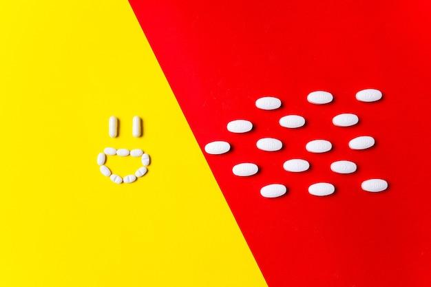질병에 대한 보호. 빨간색, 노란색 벽에 컬러 알약, 정제 및 캡슐-치료의 역사. 의료 및 의학, 백신, 전염병 예방, 전염병의 개념.