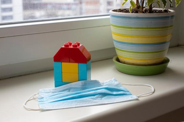 コロナウイルスのパンデミックに対する保護は、子供用キューブの家が立っています