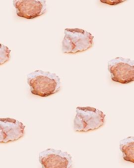 밝은 배경에 보호 크리스탈입니다. 천연 미네랄 암석 표본, 큰 아름다운 돌 석영.