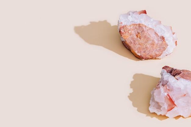 밝은 배경에 보호 크리스탈 천연 미네랄 암석 표본 큰 아름다운 돌 석영