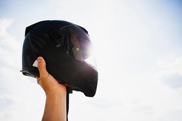 Защитный шлем на фоне неба