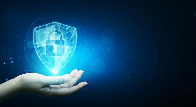 保護ネットワークサイバーセキュリティコンピューターと安全なあなたのデータの概念、シールド保護アイコンを保持しているビジネスマン