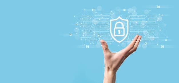 Защита компьютера безопасности сети и безопасность ваших данных концепции, бизнесмен, держащий щит защиты значок. символ замка, понятие о безопасности, кибербезопасности и защите от опасностей.