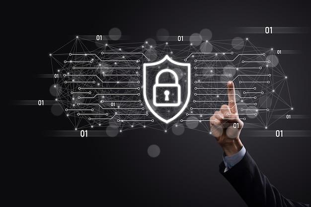 보호 네트워크 보안 컴퓨터와 데이터 개념을 안전하게 보호하는 사업가는 방패를 들고 아이콘을 보호합니다. 잠금 기호, 보안, 사이버 보안 및 위험에 대한 보호에 대한 개념