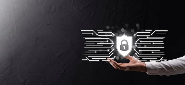 Защита компьютера безопасности сети и безопасность ваших данных концепции, бизнесмен, держащий щит защиты значок. символ замка, понятие о безопасности, кибербезопасности и защите от опасностей