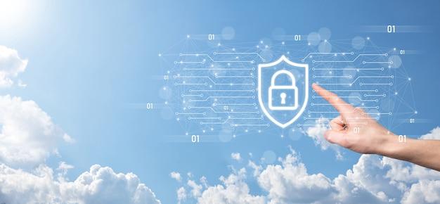 보호 네트워크 보안 컴퓨터와 안전한 데이터 개념, 사업가 지주 방패 아이콘을 보호합니다. 잠금 기호, 보안, 사이버 보안 및 위험에 대한 보호에 대한 개념.
