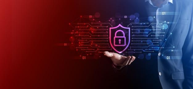보호 네트워크 보안 컴퓨터와 데이터 개념을 안전하게 보호하는 사업가는 방패를 들고 아이콘을 보호합니다. 잠금 기호, 보안, 사이버 보안 및 위험에 대한 보호에 대한 개념.