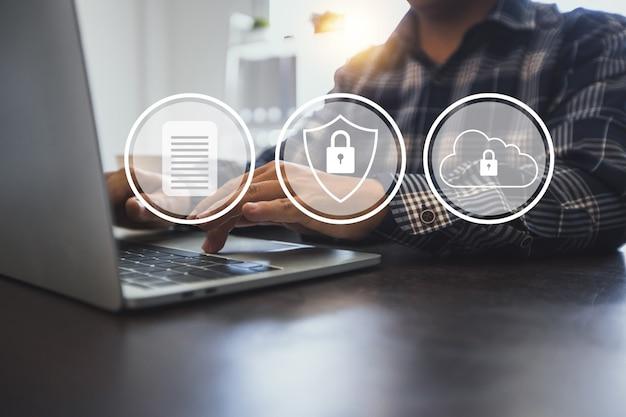 Защита сетевой безопасности компьютерных данных и безопасная финансовая стабильность. нажатие бизнесмена и ключевое ключевое слово защиты для защиты цифрового финансового банка и высоких частных технологий на компьютере.