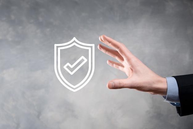 사업가의 손에 보호 네트워크 보안 컴퓨터. 비즈니스, 기술, 사이버 보안 및 인터넷 개념