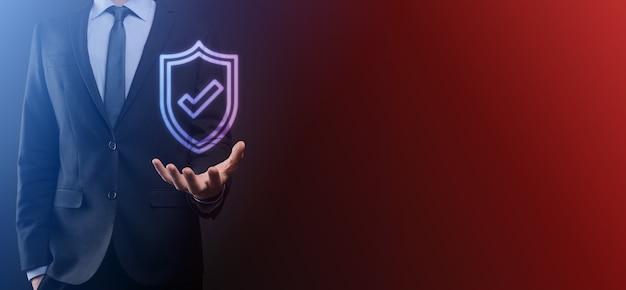 ビジネスマンの手に保護ネットワークセキュリティコンピュータ