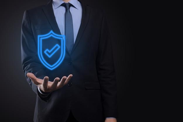 ビジネスマンの手にある保護ネットワークセキュリティ